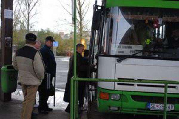 Autobusy. Bus Karpaty zrušil v októbri dve diaľkové linky. Nahradiť by ich mali iní.
