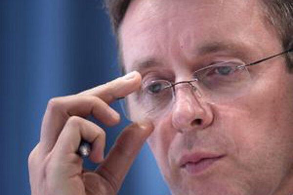 Minister financií Mikloš.