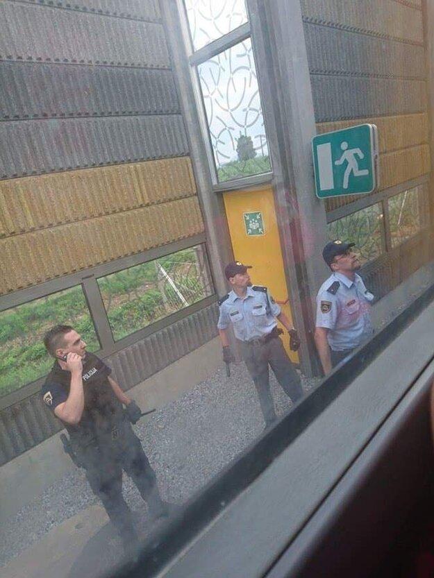 Policajti strážili autobus s fanúšikmi AS Trenčín.