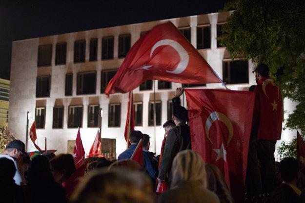 Ľudia protestuú proti prevratu v Turecku pred tureckým veľvyslanectvom v Berlíne.