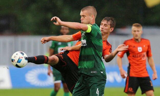 Martin Chrien z Ružomberka (vpravo) v súboji s Patrikom Jackom z Prešova.