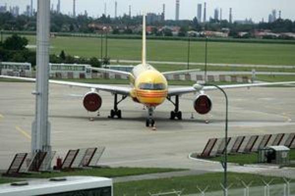Významné aerolinky podľa manažérov bratislavského letiska nepodpíšu kontrakty, ktoré by mali byť zverejnené.