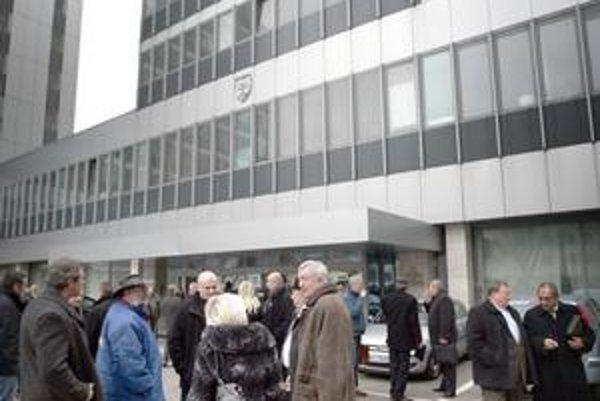 Väčšina slovenských exekútorov na jednom mieste. Na debatu ich pozvalo vedenie vlastníka najväčšieho balíka pohľadávok – Sociálnej poisťovne.