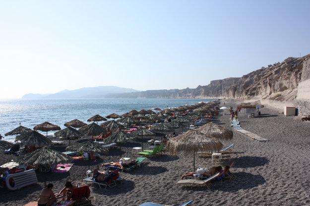 Pláž Vlychada na ostrove Santorini.
