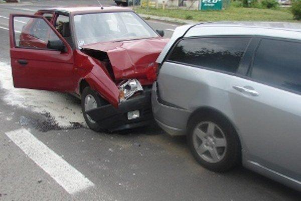 Pri nehode sa ľahko zranila jedna osoba.