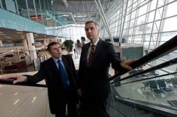 Šéf letiska Maroš Jančula (vľavo) a minister dopravy Ján Figeľ včera hovorili o budúcnosti letiska.