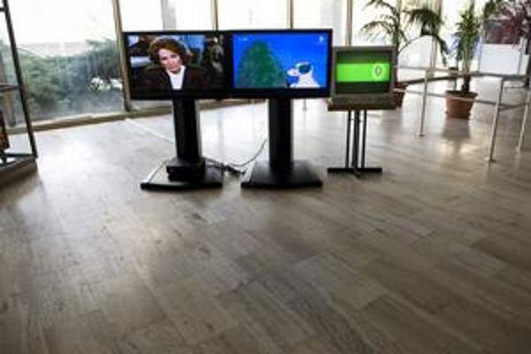 Vo vestibule výškovej budovy Slovenskej televízie v Mlynskej doline má každý z troch programov svoje miesto.