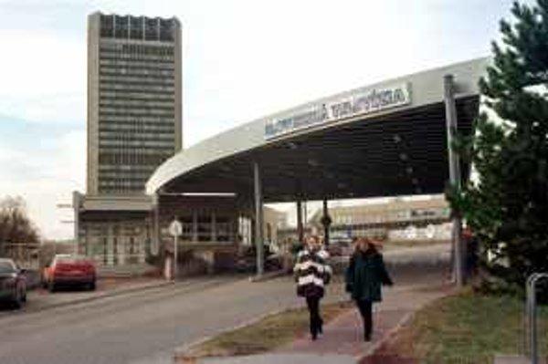 Druhú časť televízneho centra v bratislavskej Mlynskej doline teda 107,3 metra vysokú budovu používa STV od 11. decembra 1975. Na archívnej snímke budova Slovenskej  televízie v Bratislave 28. januára 1999.