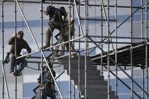 Zlepšujúci sa vývoj na trhu práce by podľa analytikov mal pomôcť oživeniu spotreby domácností.