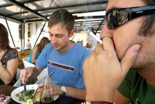 Hlbšie do peňaženky budú zrejme musieť siahnuť fajčiari.