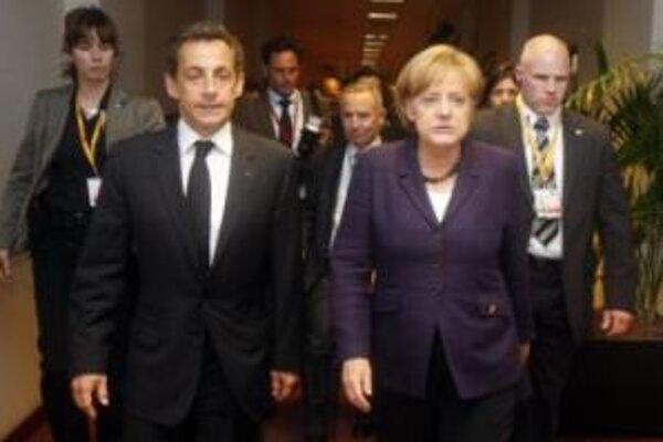 Francúzsky prezident Nicolas Sarkozy a nemecká kancelárka Angela Merkelová po stretnutí počas  mimoriadnej schôdzky predstaviteľov eurozóny v Bruseli 7. mája 2010.