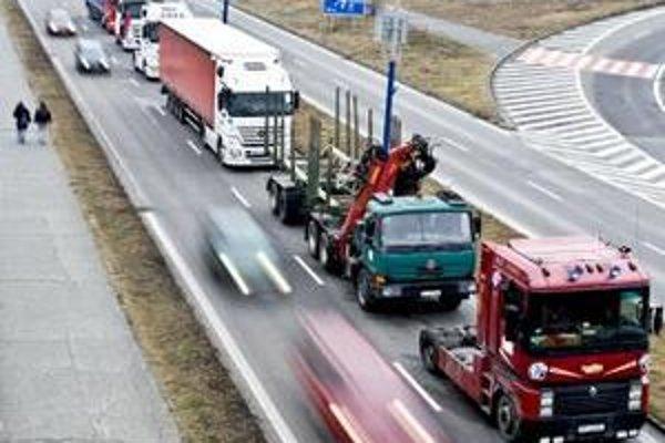 Všetky kamióny mali mať podľa pôvodného zadania palubné jednotky povinne. To a mnoho iných vecí sa však po tendri zmenilo.