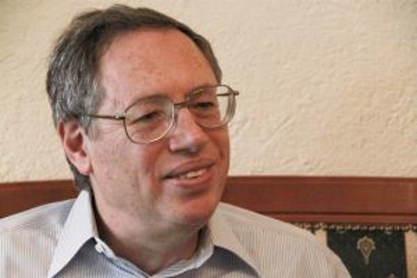 Narodil sa v roku 1943 v New Yorku. V súčasnosti je považovaný za jedného z najvýznamnejších klasicko-liberálnych mysliteľov v oblasti právnej teórie a osobitne práva a ekonómie. Vo svojej akademickej a publikačnej činnosti sa venuje témam ako ústavné prá