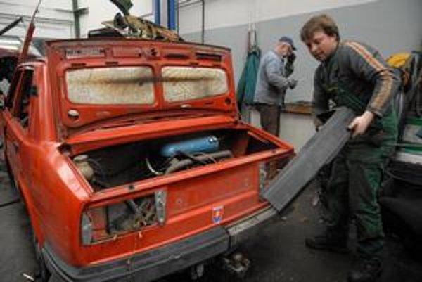 Stovky ľudí, ktorí si dali zošrotovať staré auto, si nekúpili nové. S dotáciou tak môžu urobiť len dnes a zajtra.