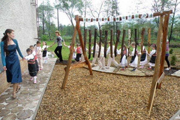 Škôlkari počas otvorenia Záhrady zvedavých mravčekov pripravili kultúrny program.