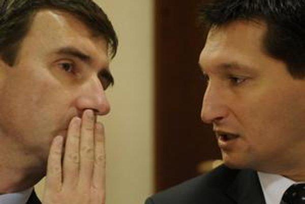 Podľa bankovej asociácie vláda nedodržiava memorandum, ktoré uzavrela s bankami.  Na snímke členovia asociácie Jozef Barta (vľavo) z UniCredit Bank a Igor Vida z Tatra banky.
