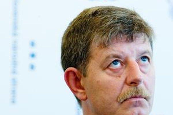 Minister Chrbet o spornom predaji emisií  mlčí.