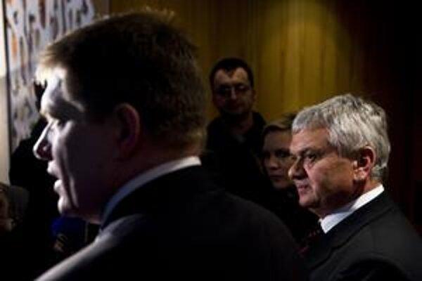 Premiér Robert Fico a minister hospodárstva Ľubomír Jahnátek sa snažia tlačiť na SPP. Pomôcť by im mal nový spoločný podnik s RWE alebo s Gazpromom.