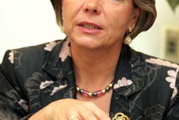 Pred tým, než sa v roku 2001 stala Regina Ovesny–Straka šéfkou Slovenskej sporiteľne, poznala ju iba zvonku. Ak ju chcela zreformovať, musela v nej zaviesť štandardné metódy zo Západu.