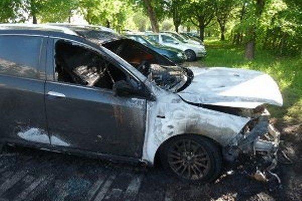 Oheň zničil zaparkované vozidlo Fiat Croma.