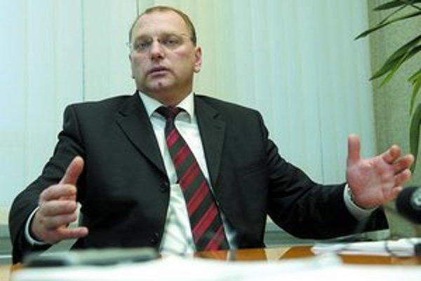 Ľubomír Vážny v roku 2005 o termíne dostavby diaľnice Bratislava – Košice do roku 2010 hovoril ako o nereálnom. Ako minister sa stotožnil s cieľom vlády stihnúť to. Teraz urobil krok, ktorý šance na rýchlu výstavbu diaľnic prudko znižuje.