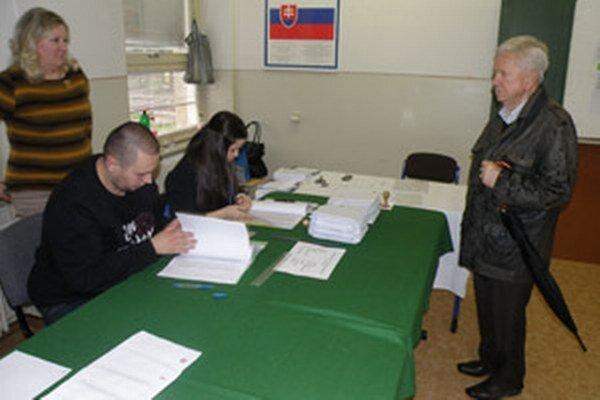 Okrsková komisia si v 21. prievidzskom volebnom obvode podmienky v obchodnej akadémii pochvaľuje.