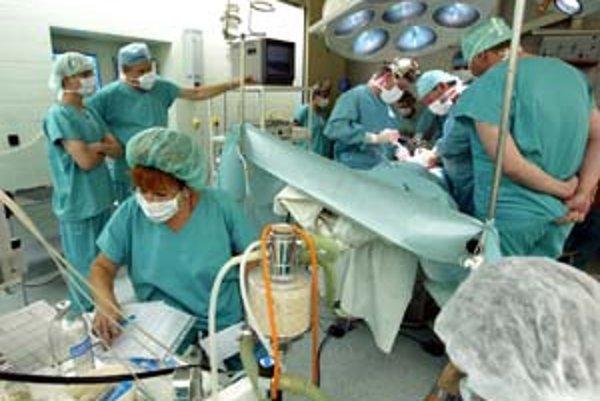 Ak sa dnes Asociácia nemocníc Slovenska nedohodne so Všeobecnou zdravotnou poisťovňou, takmer 60 nemocníc poskytne pacientom poisťovne len neodkladnú zdravotnú starostlivosť. Ošetria ich teda len vtedy, ak bude ohrozený ich život alebo zdravie.