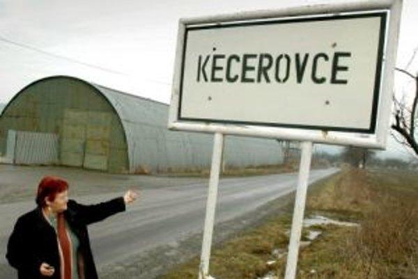 Starostka obce Anna Bombárová pred obcou Kecerovce.
