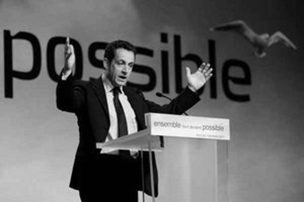 Najbližší spolupracovníci francúzskeho prezidentského kandidáta Nicolasa Sarkozyho (na snímke) chcú zvýšiť jeho popularitu aj kritikou nízkych daní na Slovensku.