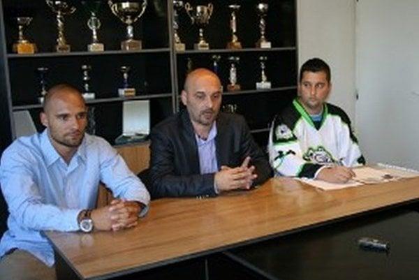 Tlačová konferencia pred sezónou. Juraj Boldiš (v strede) prednáša nesplnené ciele.