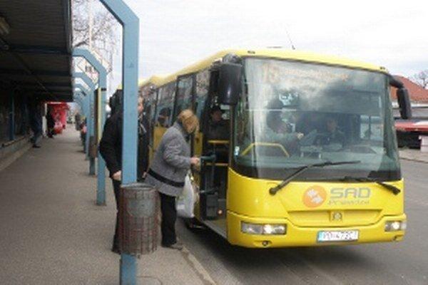 Mestskú dopravu cestujúci využívajú z roka na rok menej.