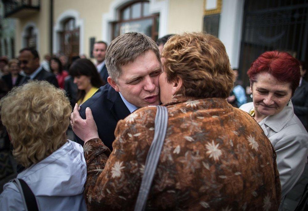 Minulý rok predseda Smeru staval na námestí v Topoľčanoch máj.