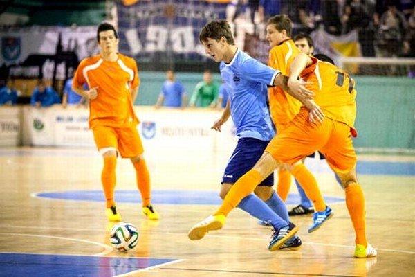 Vlani vo finále tím FC Nitra porazil Výber ZsFZ 5:4. S loptou Matúš Paukner.