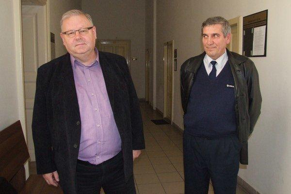 Vodič Ladislav Gombík (vpravo) s právnym zástupcom Petrom Koscelanským na súde.