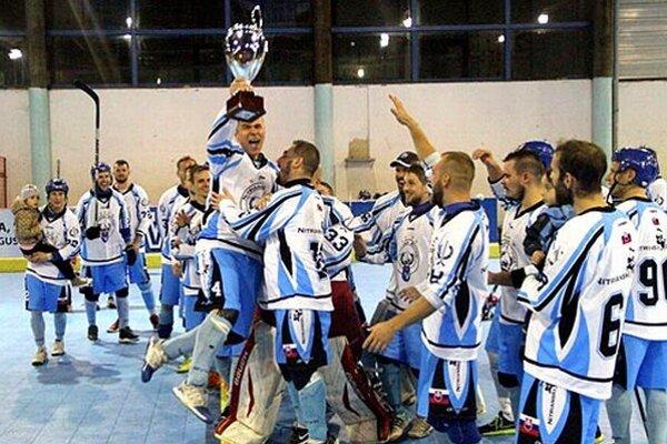 Kapitán Filip Titka sa raduje s víťazným pohárom v ruke.