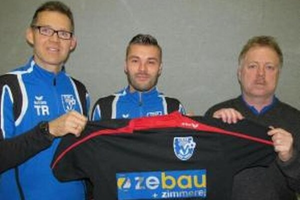 Prestup do SV Zebau Bad Ischl. Branislav Obžera (v strede) odchádza do Rakúska.