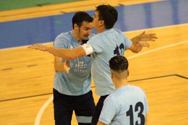 Futsalisti Nitry Dudáš s Peciarom sa radujú z gólu v sieti Podolia.