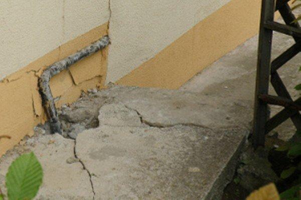 Zosuvy pôdy spôsobujú ľuďom škody na majetku.