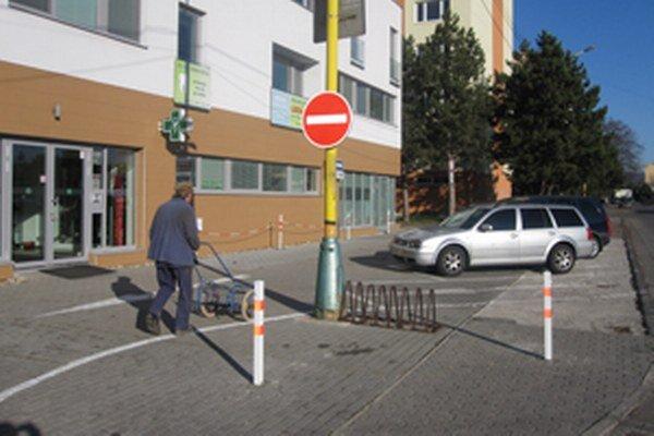 Parkovisko pohltilo chodník, miesta pre chodcov je však na ňom dosť.