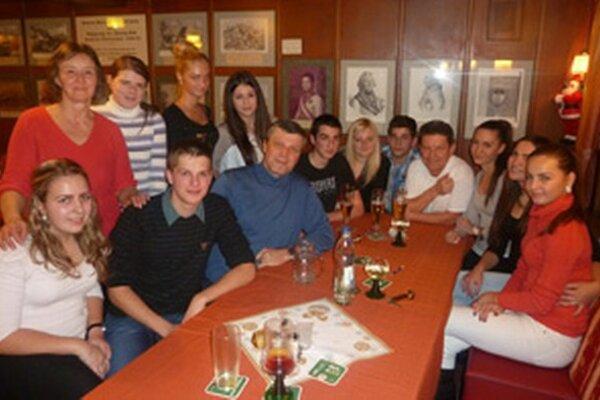 Študenti s europoslancom Mariánom Šťastným.