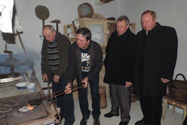 Oblátky sa kedysi v Mačove piekli na murovaných sporákoch so železnými kliešťami.