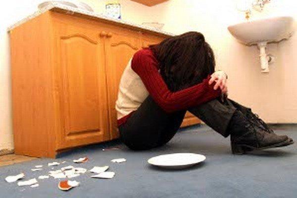 Týrané ženy často znášajú brutalitu muža kvôli deťom.