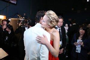 Matthew McConaughey (vľavo) v objaví s Jennifer Lawrence po udelení ceny za najlepší mužský herecký výkon.