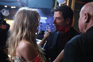 Goldie Hawn (vľavo) a John Travolta (v strede) počas rozhovoru v zákulisí odovzdávania Oscarov.