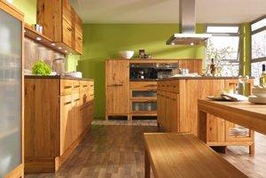 Keď použijete prírodné drevo, jednoduchšie vytvoríte lepšiu akustickú pohodu a tiež rodinnú atmosféru v kuchyni.