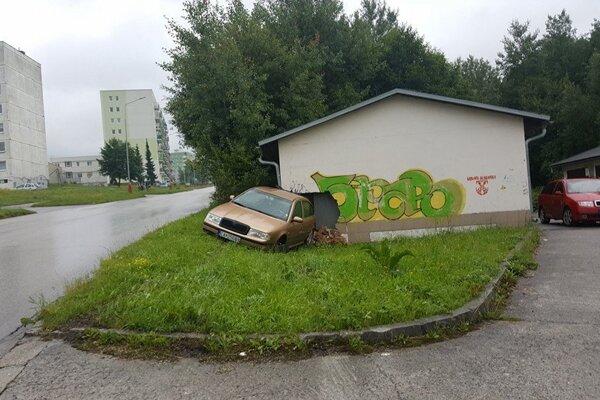 Je to kuriózna nehoda, ale majiteľovi garáže určite do smiechu nie je.