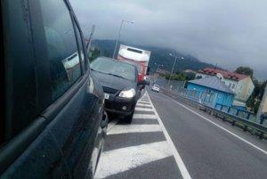 Viacerí vodiči si už v nedeľu sťažovali na obchádzkové trasy a dopravné značenie, ktoré sa zmenilo po sobotňajšej uzávierke horelického mosta.