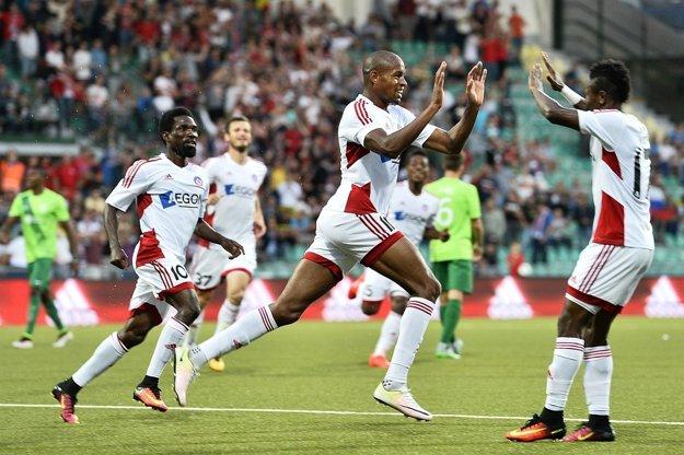 Hráči Trenčína (zľava) Ibrahim Rabiu, Rangelo Janga, Samuel Kalu sa tešia po prvom góle v odvetnom zápase 2. predkola Ligy majstrov AS Trenčín - NK Olimpija Ľubľana.