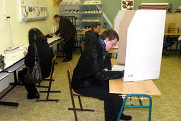 Dve hodiny pred ukončením volieb bol v šiestom prievidzskom volebnom okrsku o hlasovanie takí záujem, že niektorí nečakali na krúžkovanie za plentou, ale využili iné miesta vo volebnej miestnosti.