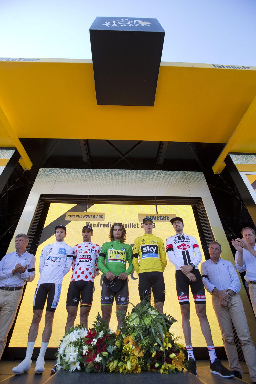 Pred štartom minulotýždňovej časovky si cyklisti uctili minútou ticha obete tragédie v Nice.
